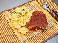 Costillas de cerdo doble a la BBQ con papas a la española con perejil