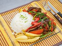 Lomo saltado de carne  con  arroz y papas fritas