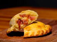 22 - Empanada queso, panceta y cebolla