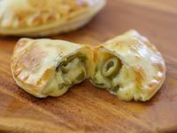 21 - Empanada de queso y aeitunas