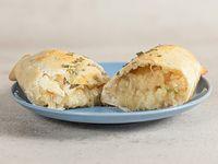 Empanada de cebolla caramelizada, queso y ciboulette