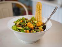 Ensalada mix de verdes con langostinos