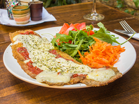 Milanesa de berenjena napolitana con ensalada del día