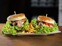Promo 4 - 2 hamburguesas caseras con papas fritas + gaseosa Coca Cola 1.5 L