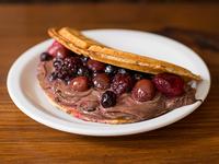 Waffle con ganache de chocolate y frutos patagónicos