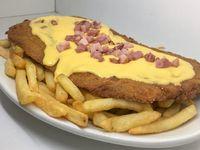 Milanesa con cheddar, panceta y fritas