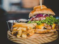 Low rider burger + papas fritas