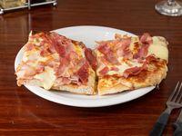 Porción de pizza muzzarella con un gusto