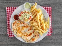 Filete de pollo con papas fritas, ensalada y limonada