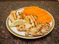Pechuga de pollo grillada con guarnición
