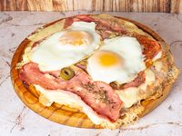 Pizza panceta y huevo frito