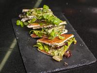 Sándwich de salmón, palta, queso Philadelphia y ciboulette