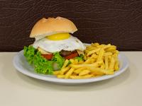 Hamburguesa criolla con papas fritas