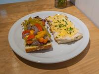 Sándwich abierto de pollo