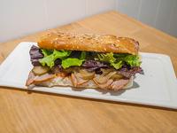 Sándwich de pernil de cerdo con pepinos agridulces