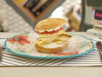 Sándwich cuatro quesos con tomate