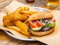 Sándwich de vegetales marinados con papas fritas