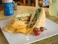 Sándwich veggie con chips de papa casero