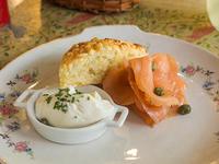 Scon de queso y salmón ahumado