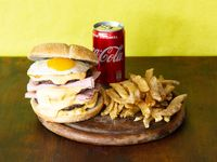 Combo - Hamburguesa cuádruple con cheddar y bacon + papas fritas + Coca Cola 220 ml