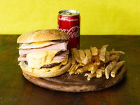 Combo - Hamburguesa triple con cheddar y bacon + papas fritas + Coca Cola 220 ml