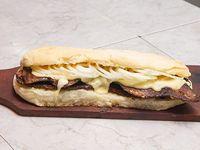 Sándwich lomito fugazzeto