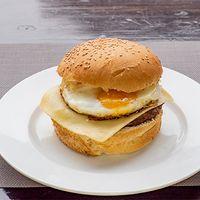 Hamburguesa con queso y huevo