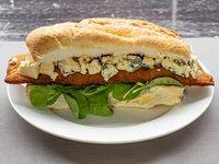 Sándwich de milanesa gourmet de pollo al roquefort