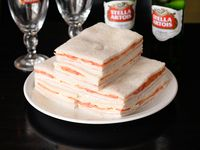 Sándwiches triples de jamón y tomate
