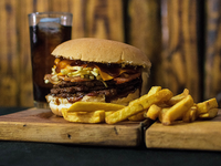 Combo - Bacon cheese burger + papas fritas + bebida 350 ml