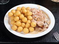 Suprema de pollo con salsa de champignones y papas noisete