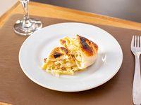 Empanada de cebolla, queso y verdeo