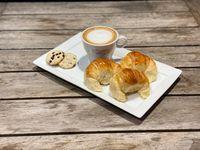 Cafe con leche o capuccino + 3 media lunas