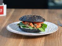 Black bagel con salmón, queso blanco, rúcula, eneldo y alcaparras