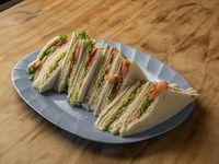 Sándwiches triples de jamón y queso con lechuga y tomate (12 unidades)