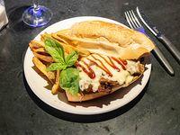 Sándwich de bondiola a la barbacoa, muzzarella y cebolla caramelizada con papas rusticas