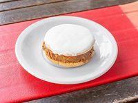 Alfajor clásico dulce y cobertura de merengue blanco
