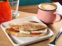 Promo brunch - Café 12 oz o té + sándwich en pan ciabatta + jugo Watts sabor piña-guayaba o naranja valencia 350 ml