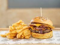 Hamburguesa caramelizada con papas fritas