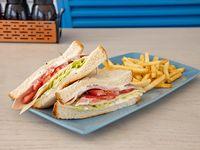 South western club sándwich con papas fritas