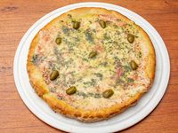 Pizza muzzarella con aceite de albahaca