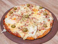 33 -Pizza muzzarella americana con panceta ahumada, huevos fritos, terminado con provolone