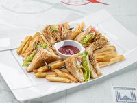 Club sándwich con pollo mechado