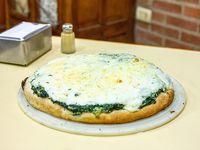 Pizza con verdura y salsa blanca