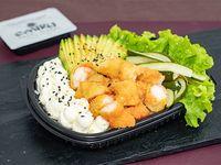 Ensalada Poked langostinos con base de arroz de sushi