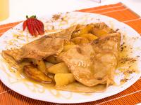 Crêpe de manzanas calientes y salsa de caramelo casera