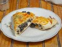 Empanada de queso y aceitunas negras