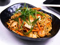 Lo mein de pollo y camarón