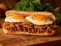Sándwich de mechada con doble huevo