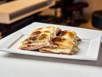 Sándwich caliente Carlitos de roquefort